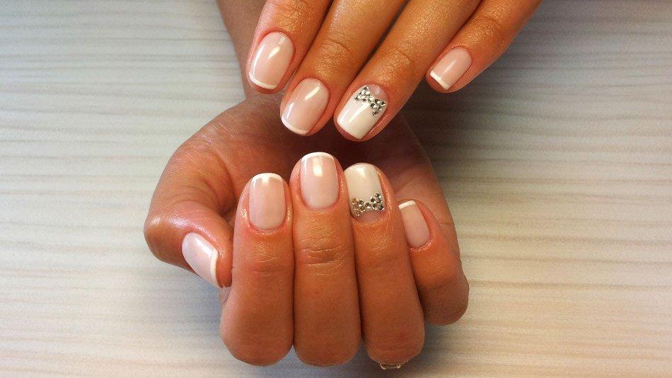 Бантик стразами на ногтях