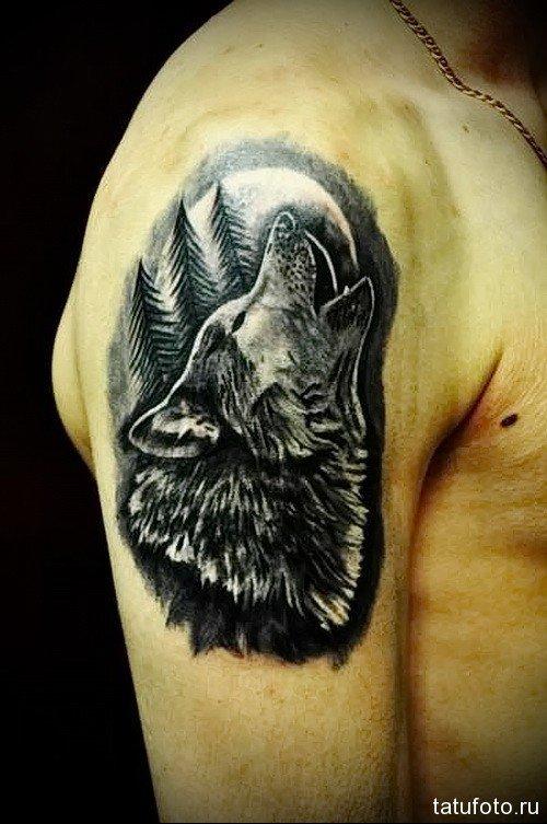 Тату волка воет на луну