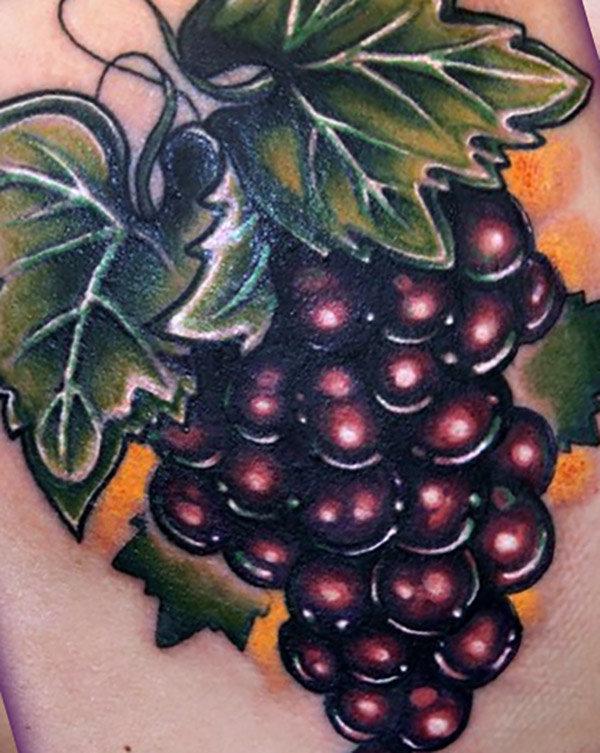 Тату гроздь винограда на плече