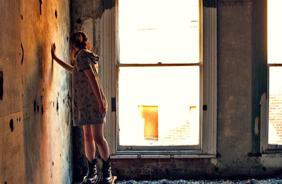 Ласковые девушки нежатся в заброшенном здании  474360