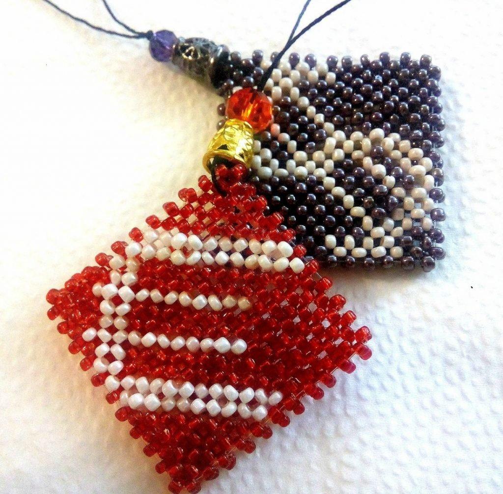 Брелки из бисера своими руками схемы плетения для начинающих легкие