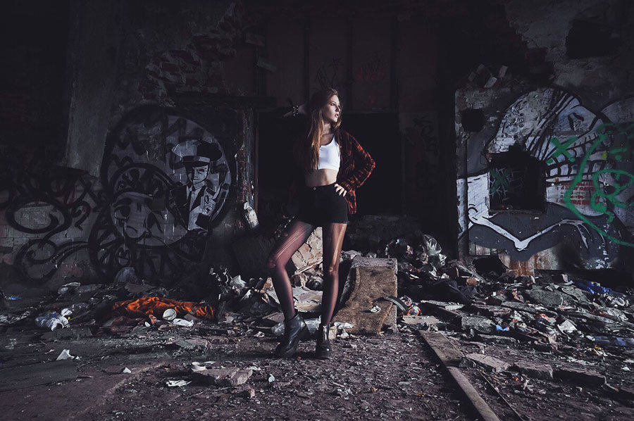 Ласковые девушки нежатся в заброшенном здании  474444