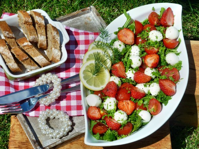 Вкусные летние салаты к праздничному столу