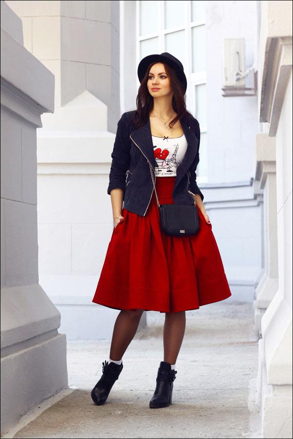 В красной юбке красном платье и черных чулках колготках 106