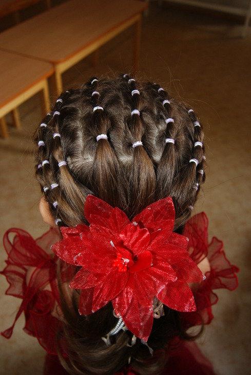 Красивые прически на длинные волосы для девочек с резинками