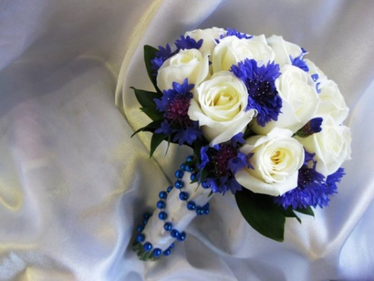 Букет невесты из живых цветов белых и синих фото