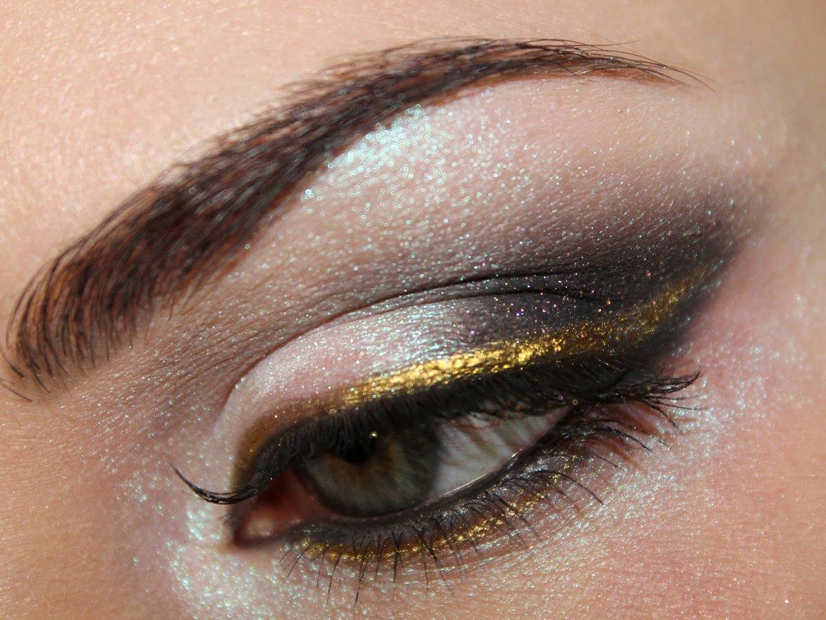 Макияж с золотыми тенями со стрелками