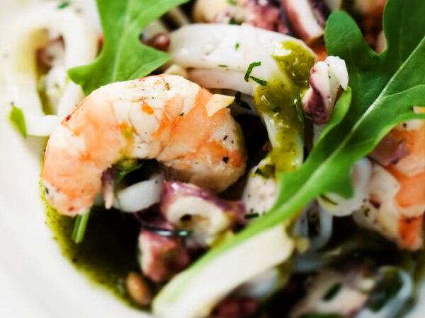 Салат с морепродуктов морской коктейль с майонезом