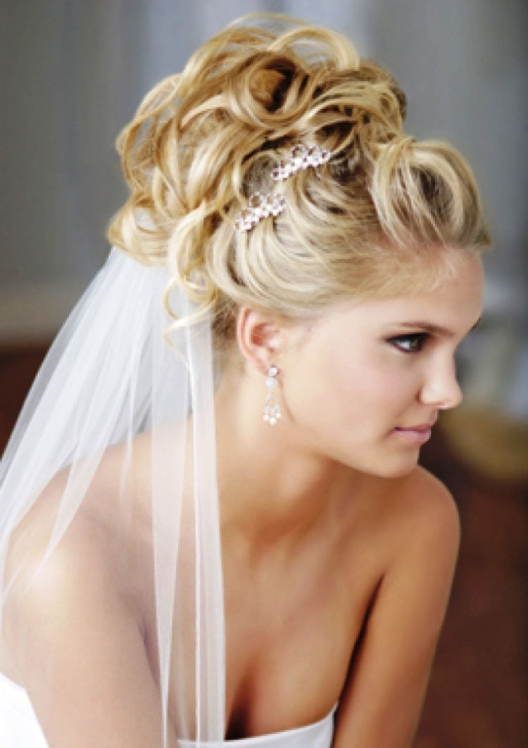 Свадебные прически фата под прической на среднюю длину волос
