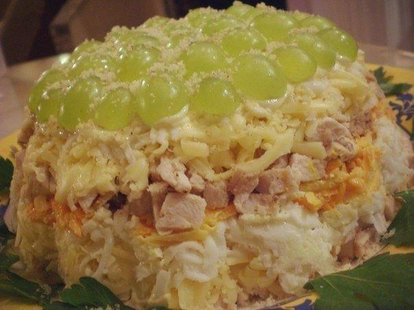 Слоеный салат с курицей и грибами с фото пошагово