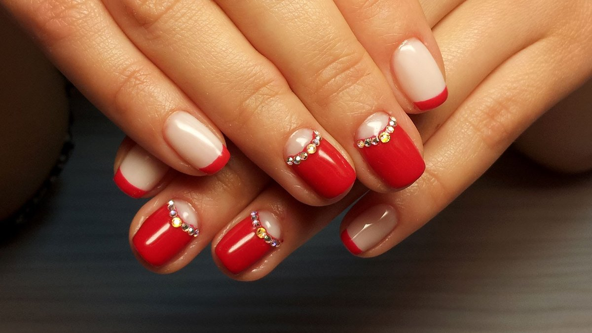Дизайн ногтей красным гель лаком со стразами