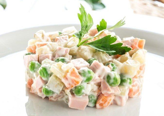 Салат с крабовыми палочками оливье
