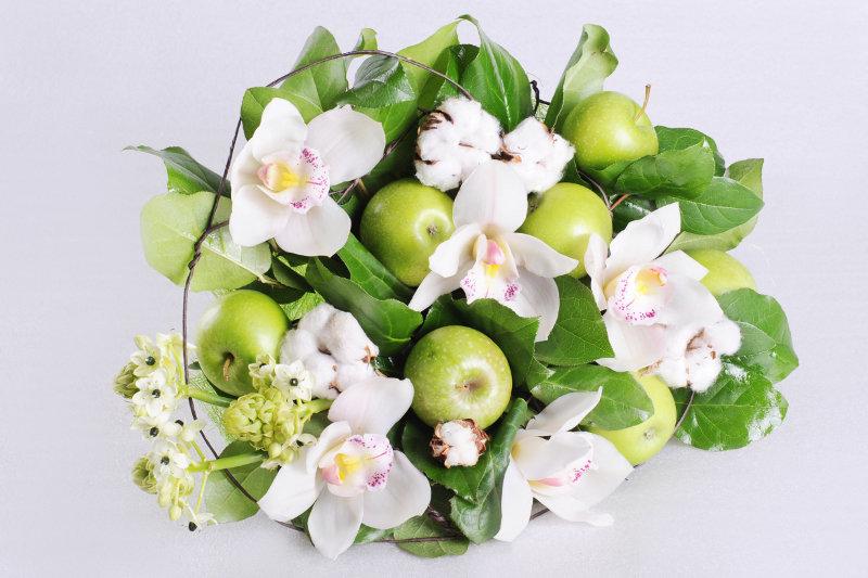 Букеты цветы и яблоки