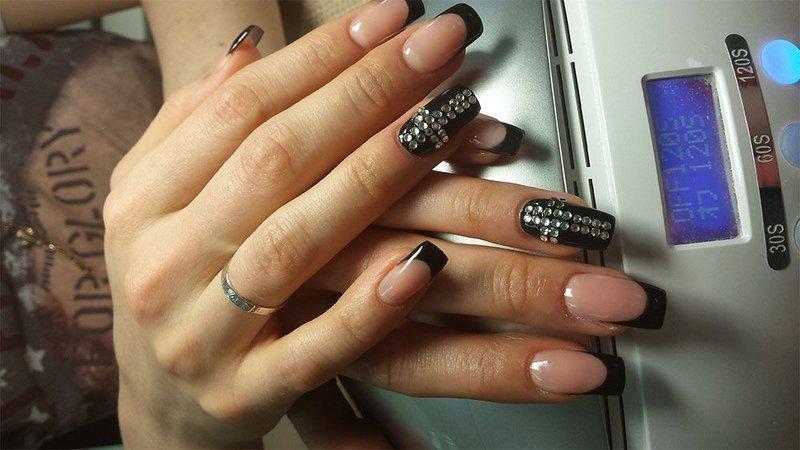 Ногти с черным френчем и стразами