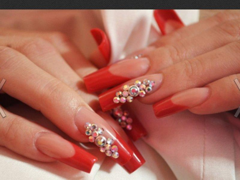 Красные нарощенные ногти со стразами