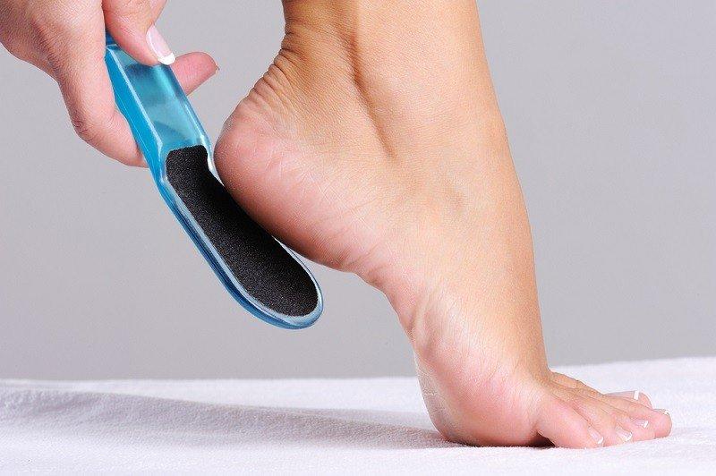 Удалить огрубевшую кожу с пяток в домашних условиях