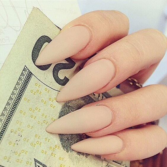 Матовые бежевые ногти