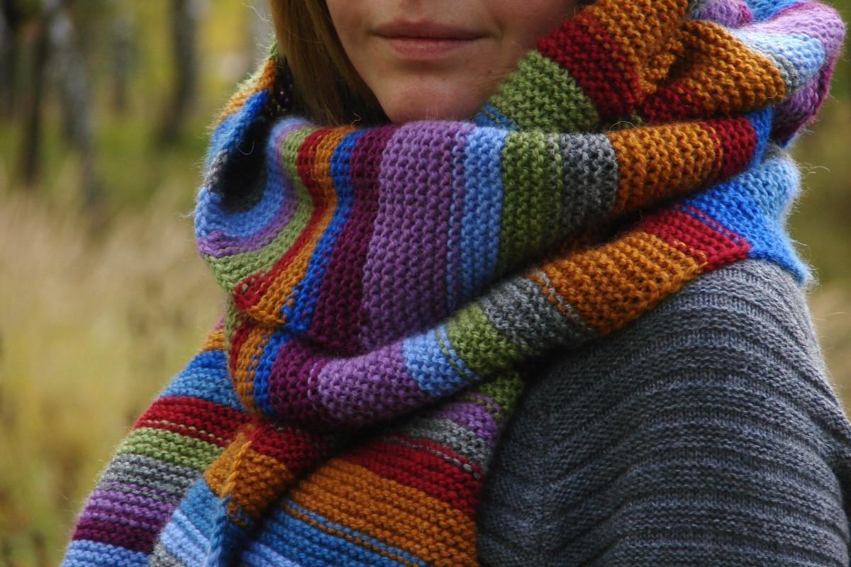 Яркий женский вязаный шарф с разноцветными цветочками Вязаные шарфы.ру
