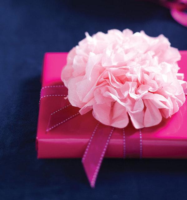 Сделать упаковку для подарка из гофрированной бумаги 21