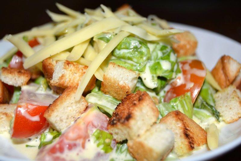 Популярный салат с сухариками рецепты
