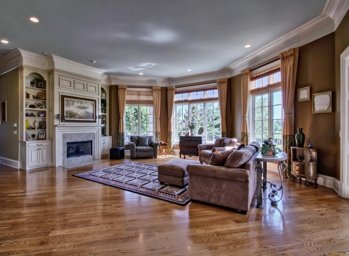 Гостиная дизайн в доме с тремя окнами
