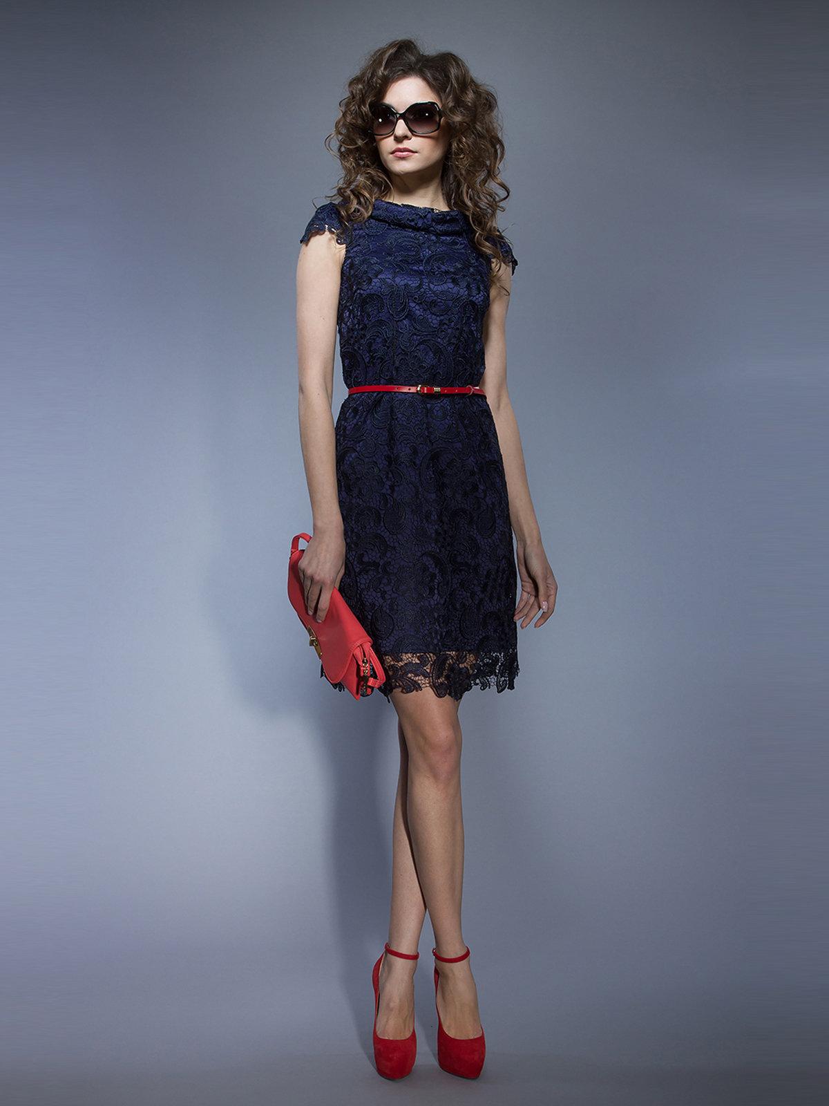 Фото синее платье с красными туфлями