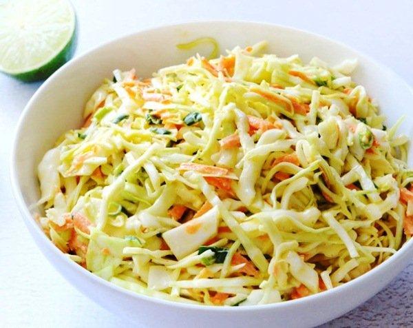 Простой салат из свежей капусты и моркови