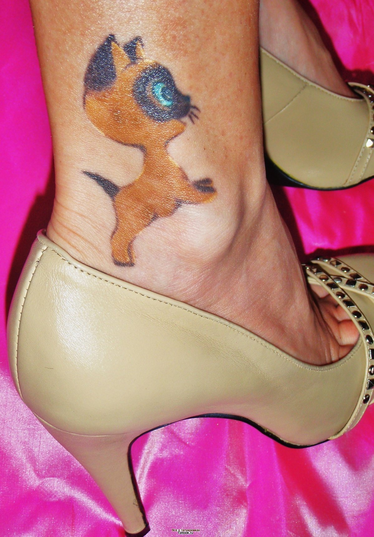Кошка тату на ногу девушке фото