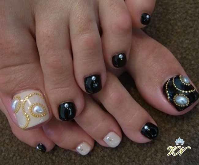 Фото узоры из стразов на ногтях ног