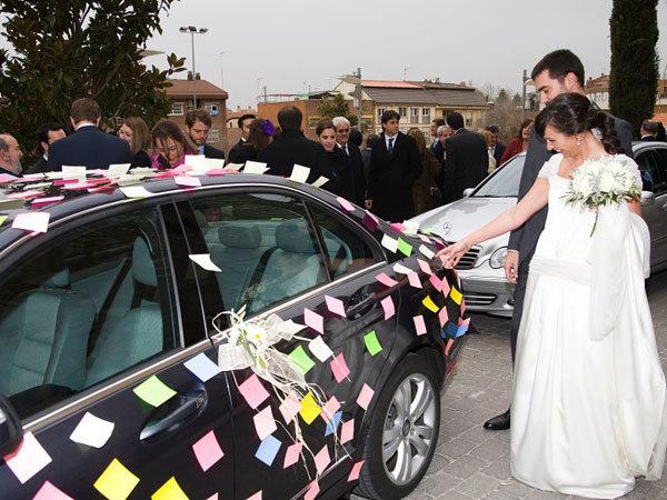 Как украшают машины на свадьбу для гостей фото