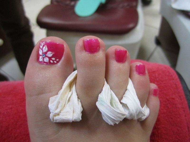 Цветок на ногтях на ногах
