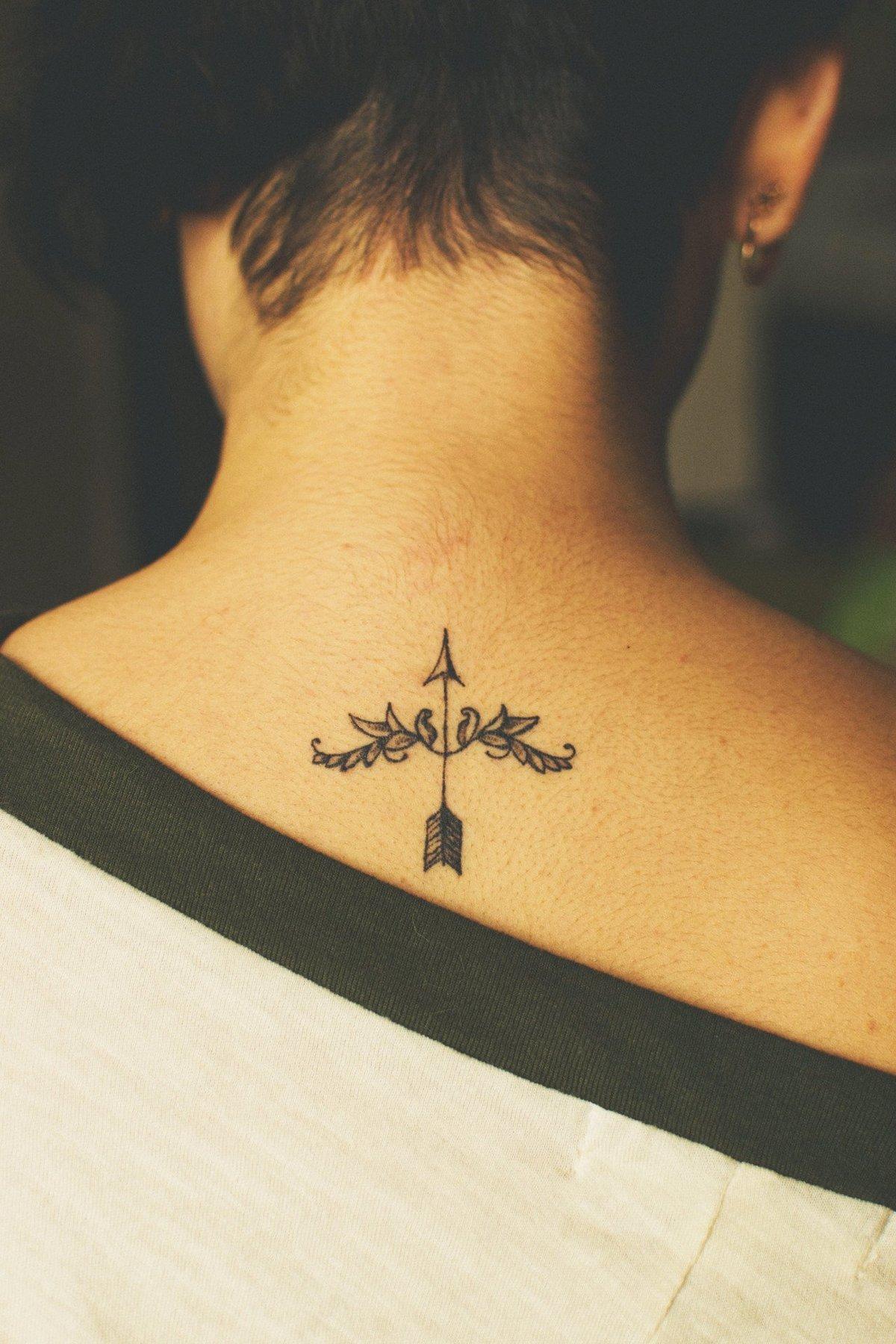 Тату знак зодиака на шее сзади у девушек фото