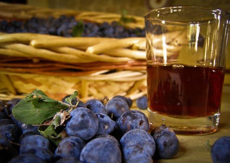 Вино из синего домашнего винограда в домашних