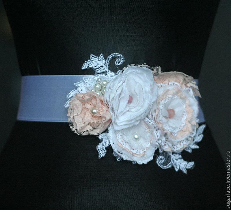 Пояс из атласных лент на платье