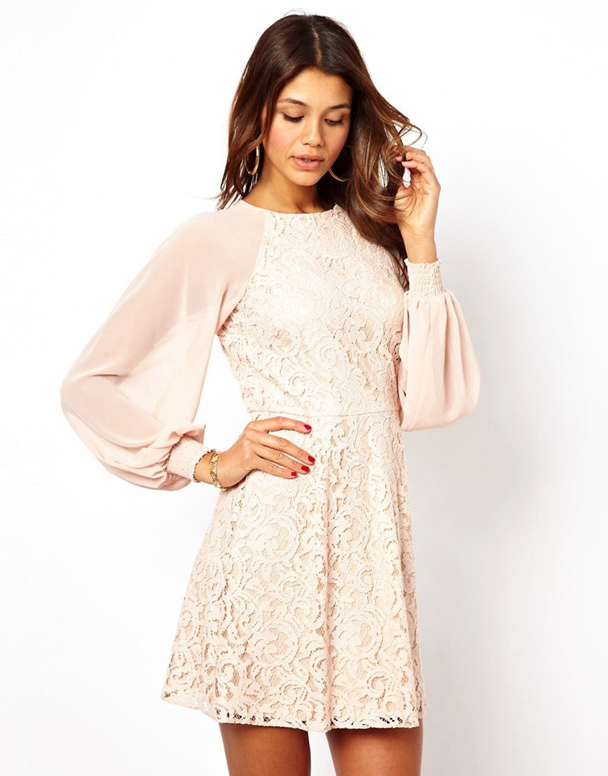 Бежевое платье с кружевными рукавами