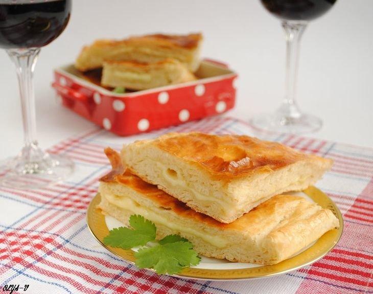 Хачапури с сыром из слоеного теста в духовке с пошагово