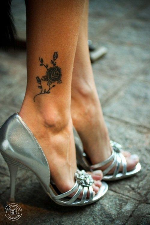 Татуировки на ноге цветы для девушек