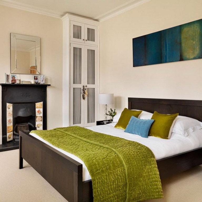 Темная кровать в интерьере спальни фото