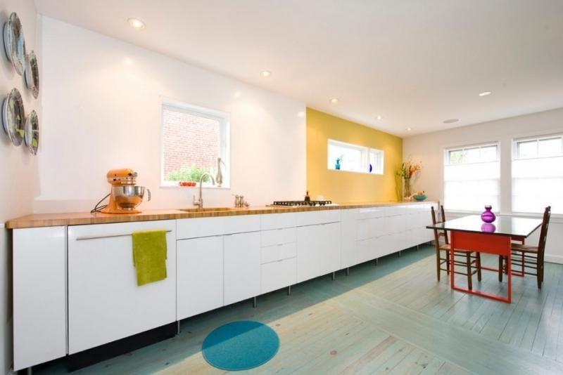Кухни без навесных шкафов фото в интерьере яркие цвета