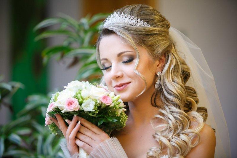 Прическа на свадьбу с диадемой и фатой