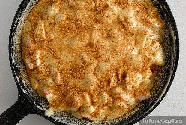 Шарлотка с яблоками простой в сковороде