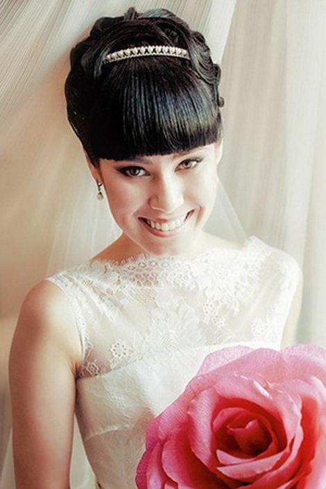 Фото свадебных причесок с челкой с фатой на средние волосы