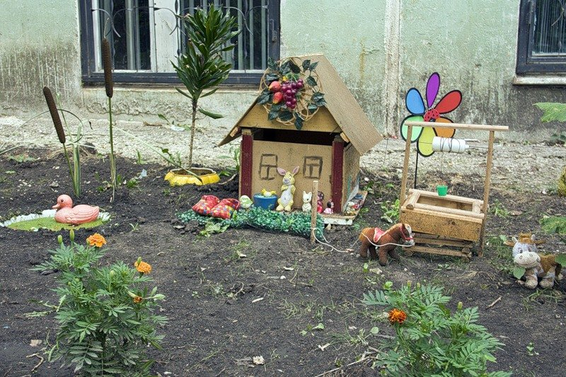 Красивый двор с поделками