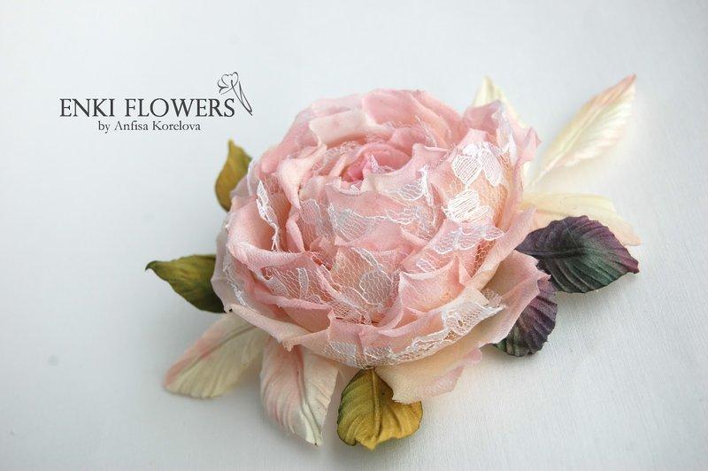 Брошь в виде цветка из ткани