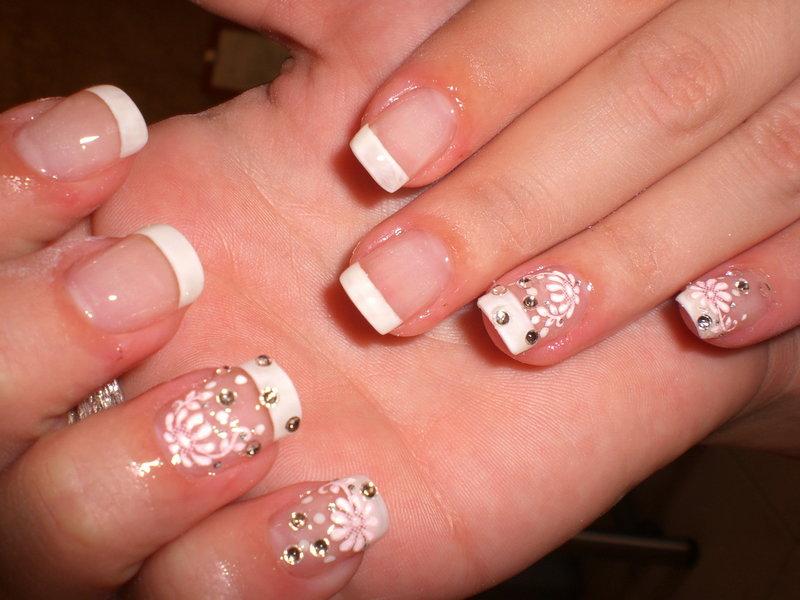 Красивый дизайн ногтей с белым френчем