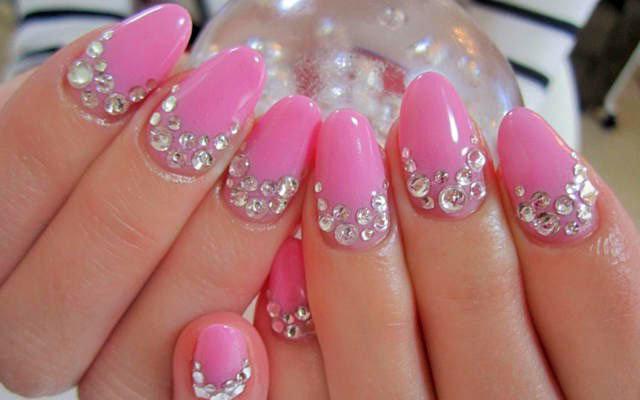 Фото дизайн ногтей со стразами розовый