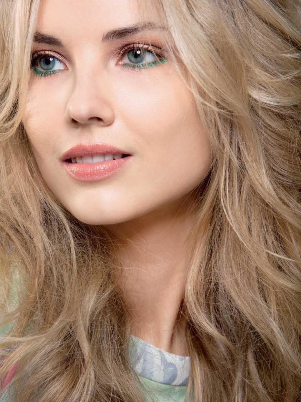 Легкий макияж для блондинок с голубыми глазами