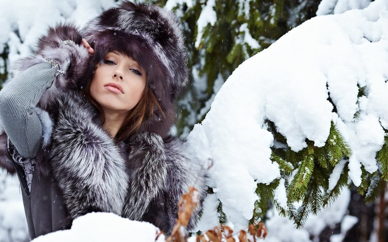 photo of girls on snow with hats № 18369