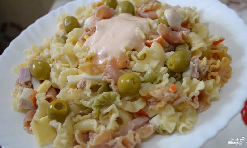 Салат с макаронами и помидорами и чесноком