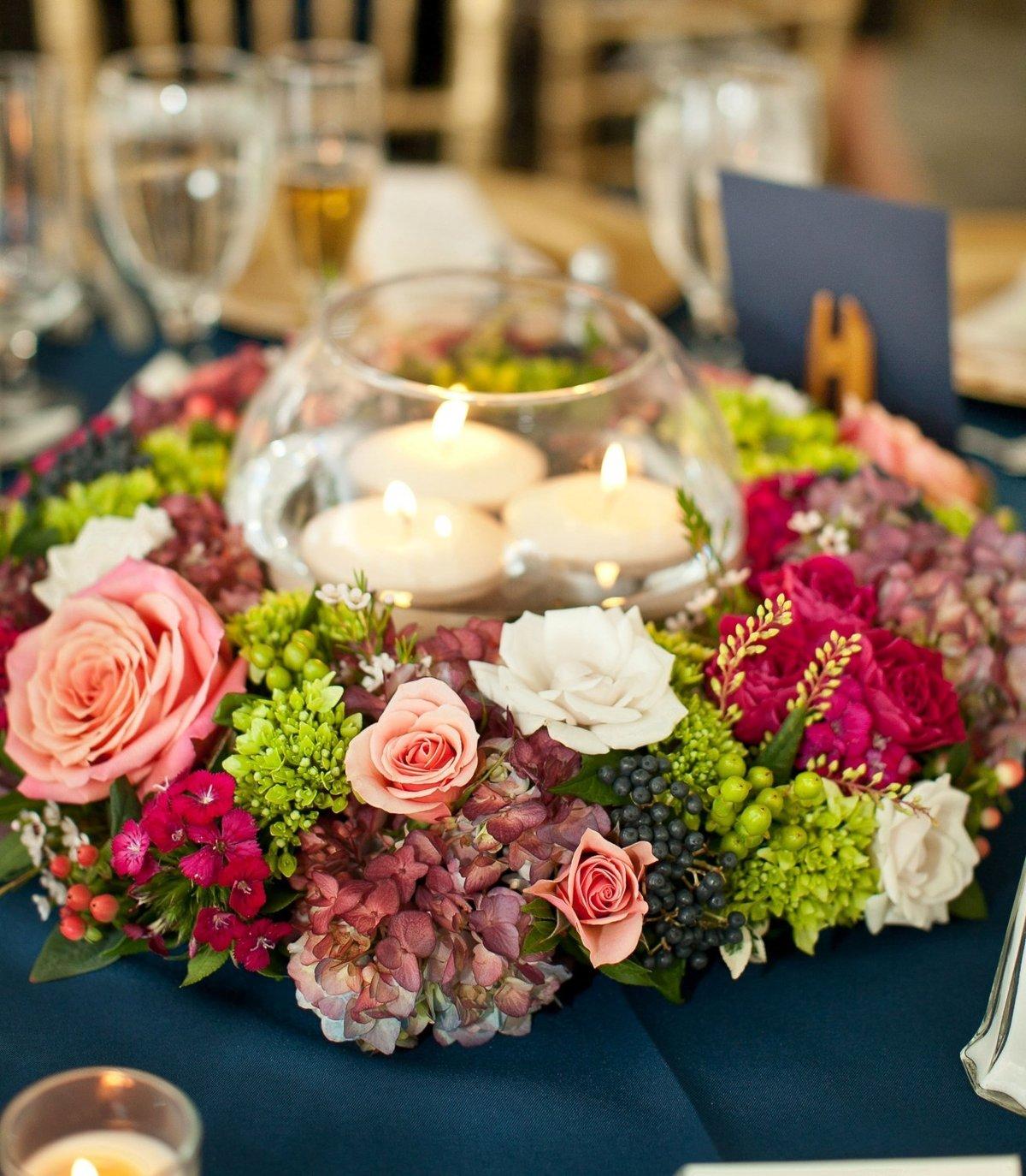 Столы гостей на свадьбе с цветами фото